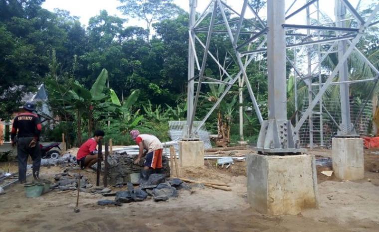 Sejumlah pekerja terpantau hari ini, tengah membuat bangunan fondasi BTS di lokasi pendirian tower BTS di Kampung Sukamulya, Desa Sukamanah, Kecamatana Malingping. (Foto: TitikNOL)