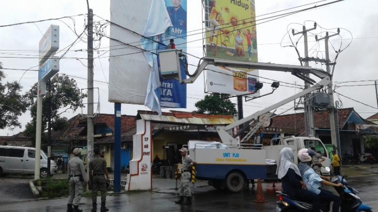 Panwaslu Lebak tertibkan APS Bacaleg dan Parpol. (Foto: TitikNOL)