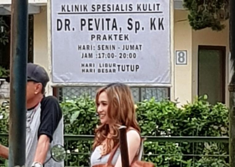 Salah satu pemain Film Ambu saat berjalan di depan kantor KPU Lebak yang berubah fungsi sementara menjadi klinik. (Foto: TitikNOL)