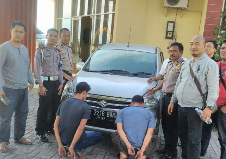 Petugas KSKP Merak saat mengamankan dua pelaku pencurian dengan kekerasan ( Istimewa ).
