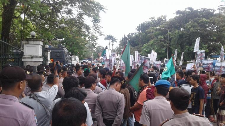 Puluhan pendemo mendesak Pemkab Lebak dan Pemprov Banten menutup pertambangan pasir di Kabupaten Lebak. (Foto: TitikNOL)