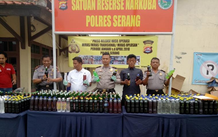 Ribuan Botol miras yang berhasil diamakan Satuan Reserse Narkoba (Satresnarkoba) Polres Serang.