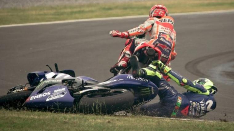Insiden senggolan Valentino Rossi dan Marc Marquez di Motogp Argentina. (Dok: Tribunnews)