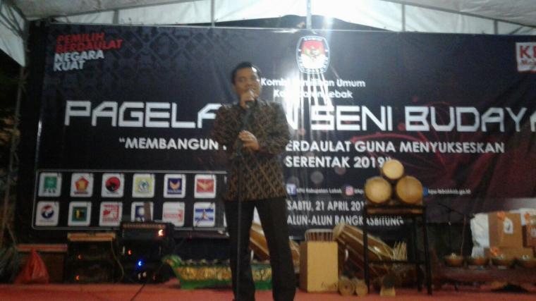 Ahmad Saparudin ketua KPU Lebak saat memberikan sambutan di acara pegelan seni dan budaya. (Foto: TitikNOL)