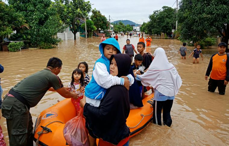 Proses evakuasi korban banjir di Perumahan Griya Praja Mandiri. (Foto: TitikNOL)