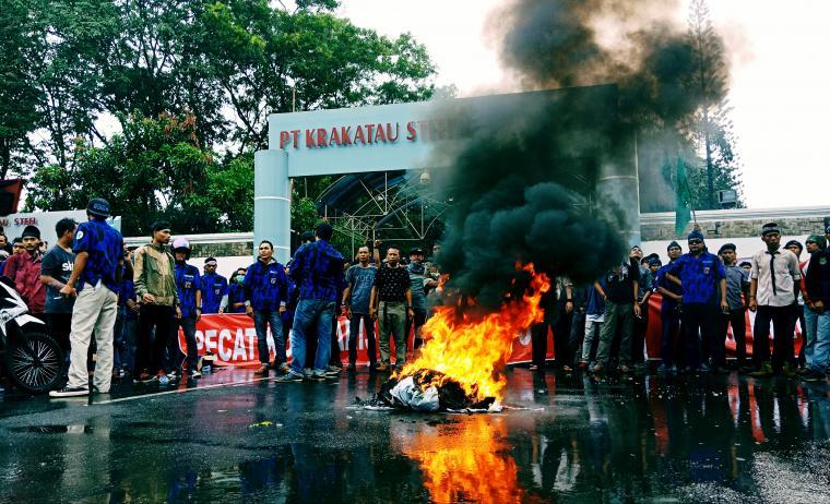 Aksi unjuk rasa Front Geger Cilegon Banten di Gedung Teknologi PT Krakatau Steel. (Foto: TitikNOL)