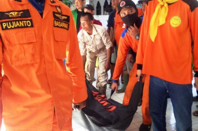 Jasad korban hanyut saat dievakuasi petugas. (Foto: TitikNOL)