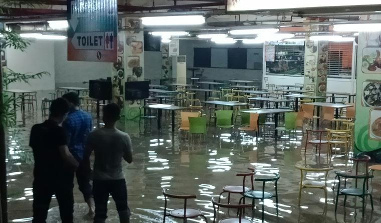 Kantin Supermall Cilegon yang terendam banjir. (Foto: TitikNOL)