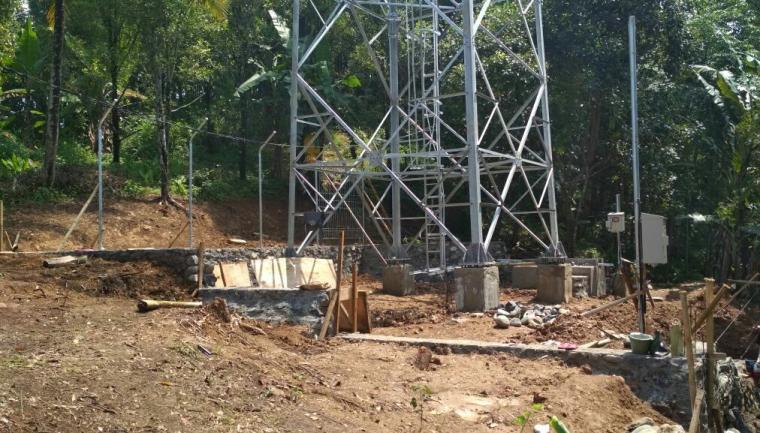 Lokasi pembanguan tower BTS di Kampung Gunung Tumpang, Desa Cibareno, Kabupaten Lebak diduga tak berizin. (Foto: TitikNOL)