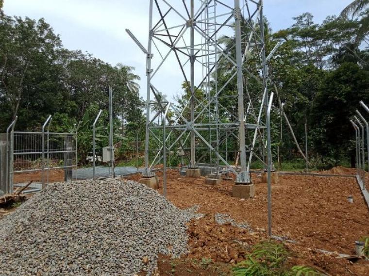 Pembangunan Tower BTS yang di kerjakan PT. IBS di salah satu desa di Kecamatan Cikulur diduga tak milik IMB.