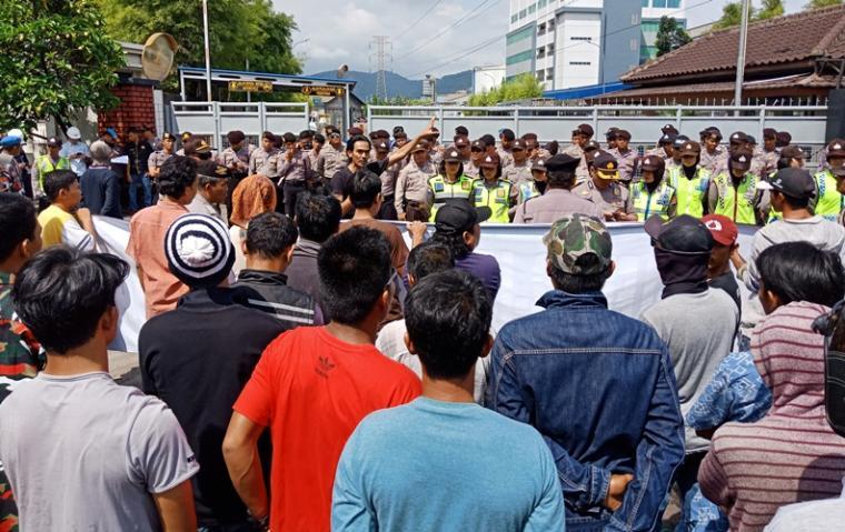 Suasana aksi unjuk rasa pengusaha lokal di PT SUJ. (Foto: TitikNOL)