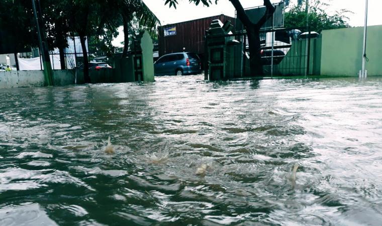 Lokasi banjir di jalan Raya Cilegon-Anyer tepatnya di depan Komaramil Ciwandan. (Foto: istimewa)