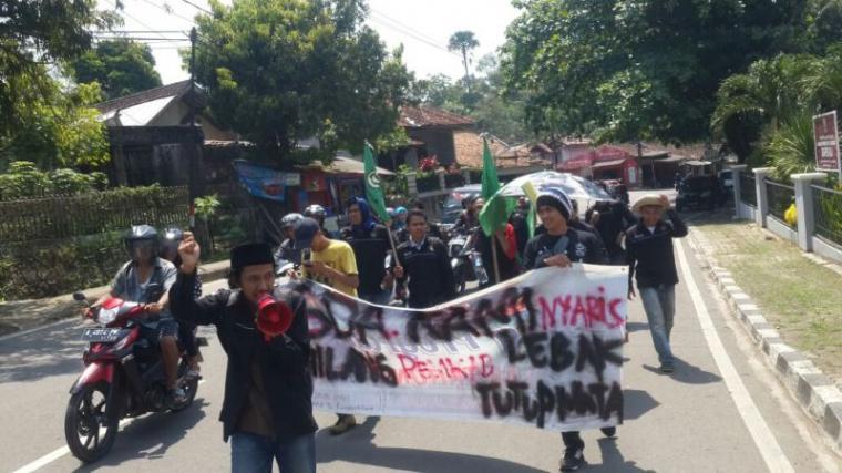 Sejumlah mahasiswa yang tergabung dalam Keluarga Mahasiswa Lebak (Kumala), saat menggelar aksi longmarc. (Foto: TitikNOL)