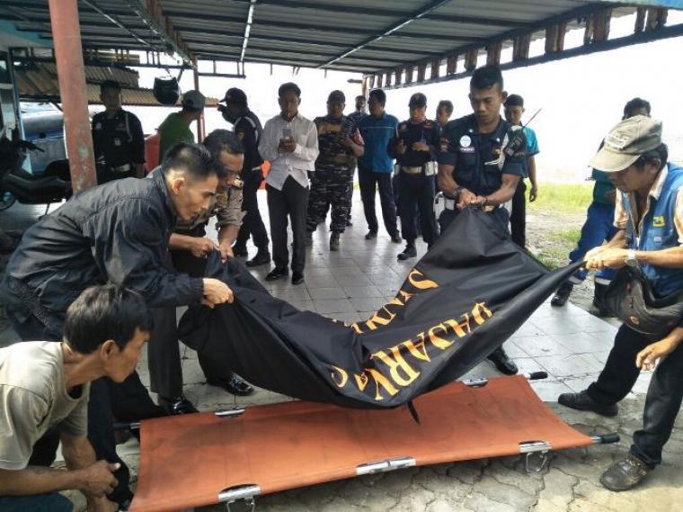 Petugas saat mengevakuasi mayat yang mengapung di dermaga 1 Pelabuhan Merak. (Istimewa).