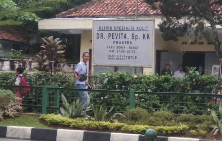 Papan nama kantor KPU Lebak berubah menjadi Klinik Spesialis Penyakit Kulit. (Foto: TitikNOL)