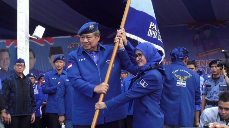 Ketua Umum Partai Demokrat Susilo Bambang Yudhoyono (SBY) saat menyerahkan tongkat pataka kepada Iti Oktavia Jayabaya. (Foto: TitikNOL)