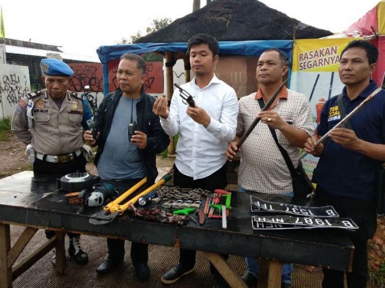Sejumlah barang bukti yang berhasil diamankan Tim Vipers Polres Kota Tangerang Selatan dari tangan pelaku. (Foto: TitikNOL)