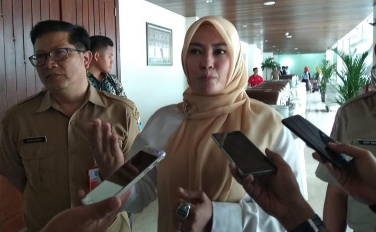 Bupati Pandeglang Irna Narulita saat dimintai keterangan oleh sejumlah awak media. (Foto: TitikNOL)