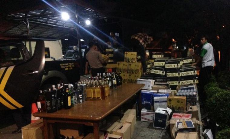 Barang bukti ribuan botol miras yang disita Polres Cilegon dari gudang Bintang Swalayan. (Dok: TitikNOL)