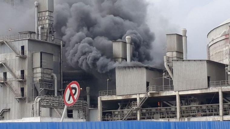 Pabrik semen merah putih PT Cemindo Gemilang terbakar. (Foto: Ist)