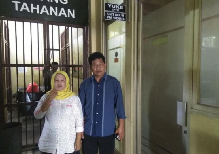 Kedua orangtua DS saat mendampingi DS melapor di Unit PPA Polres Lebak. (Foto: TitikNOL)