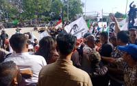 Pengurus Partai Demokrat dan PAN saat mendatangi Bawaslu Kota Cilegon. (Foto: TitikNOL)