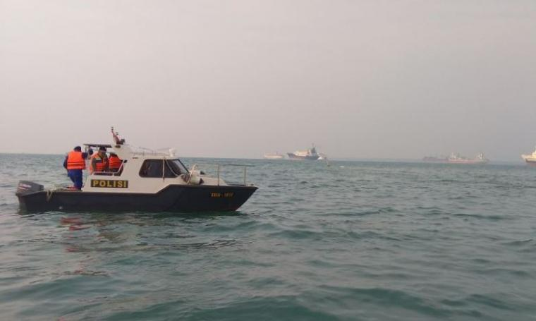 Petugas Polair Polda Banten melakukan pencarian korban kapal tenggelam dengan menggunakan kapal patroli. (Istimewa).