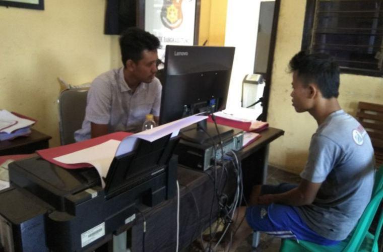 Jainul, mantan pegawai Leasing di Rangkasbitung saat menjalani pemeriksaan di Mapolsek Rangkasbitung dalam kasus perkara penggelapan dan penipuan. (Foto: TitikNOL)