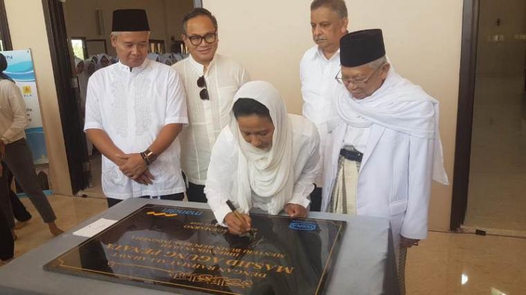 Menteri Badan Usaha Milik Negara (BUMN) Rini Soemarno, saat meresmikan Masjid Agung Penata yang berada di Pondok Pesantren An-Nawawi Tanara, Kabupaten Serang. (Foto: TitikNOL)