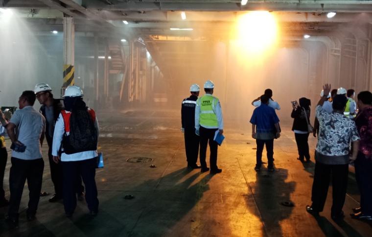 Tim Marine Inspektor saat melakukan uji alat keselamatan di KMP Port Link III di Pelabuhan Merak. (Foto: TitikNOL)