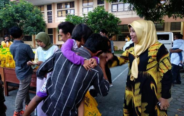 Ketua Yayasan Al-Islah, Ratu Ati Marliati saat memberikan santunan anak yatim di Kampung Al-Islah. (Foto: TitikNOL)