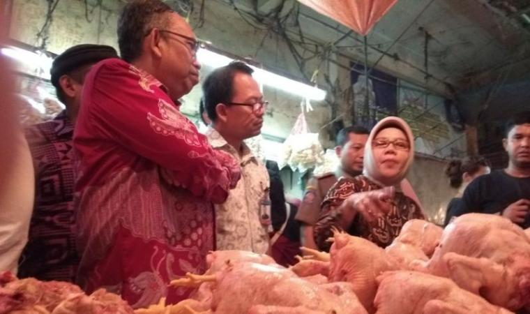 Inspektorat Jendral Kemendag Srie Agustina ditemani Kepala Dinas Perdagangan Banten Babar Suharso dan Kepala Dinas Perdagangan Kota Serang Ahmad Benbela Sidak ke Pasar Rau, Kota Serang. (Foto: TitikNOL)