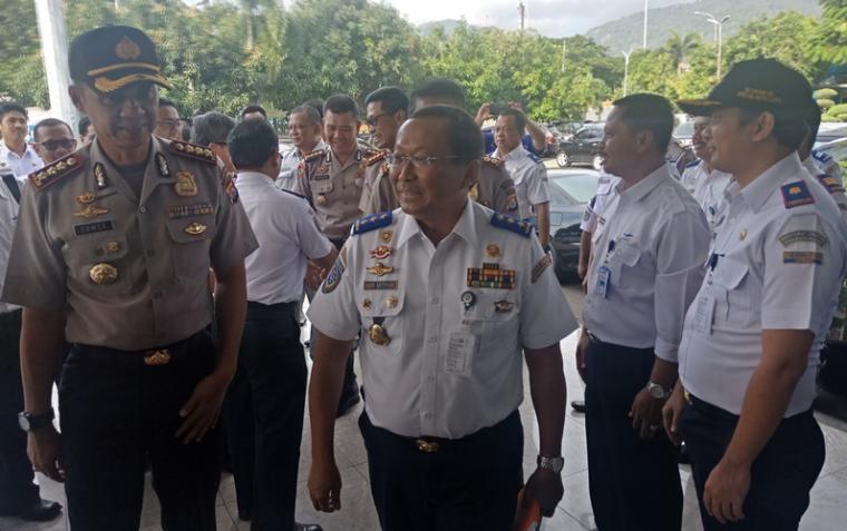 Direktur Jenderal Perhubungan Darat Kementerian Perhubungan , Budi Setiyadi saat tiba di kantor PT ASDP Indonesia Ferry Cabang Merak. (Foto: TitikNOL)