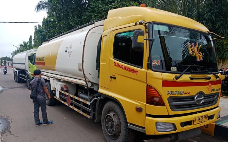 Dua truk tanki bbm yang diamankan Polres Cilegon.