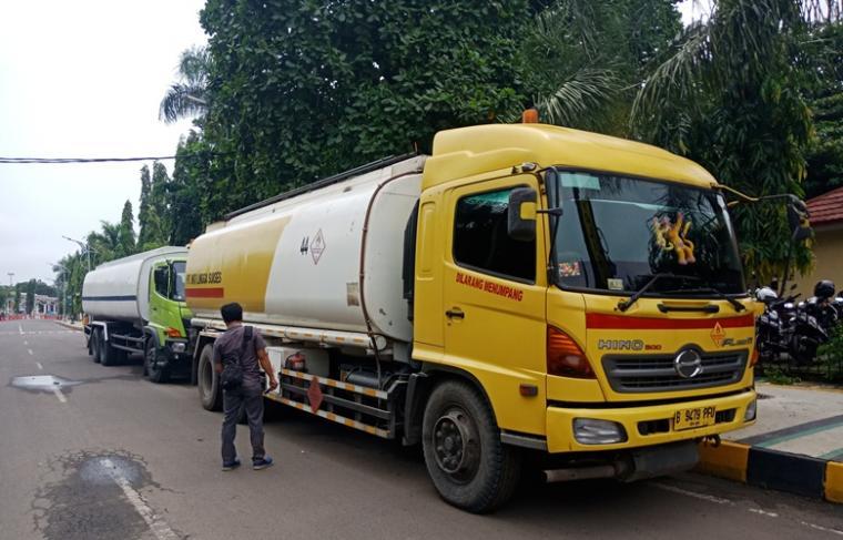 Dua truk tanki yang diduga muatan BBM diamankan di depan Mapolres Cilegon. (Foto: TitikNOL)
