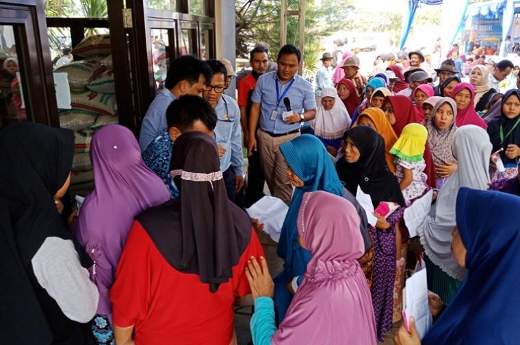 Ratusan dhuafa dan masyarakat nelayan terlihat ngantri untuk mendapatkan paket sembako gratis. (Dok: TitikNOL)