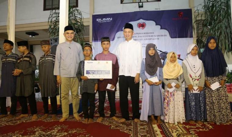 Direktur SDM PT Krakatau Steel , Rahmad Hidayat foto bersama dengan anak yatim yang menerima bantuan sosial. (Foto: TitikNOL)