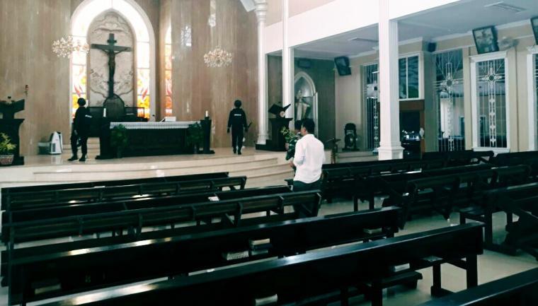 Sejumlah anggota dari Jibom, melakukan penyisiran gereja di Kota Serang. (Foto: TitikNOL)
