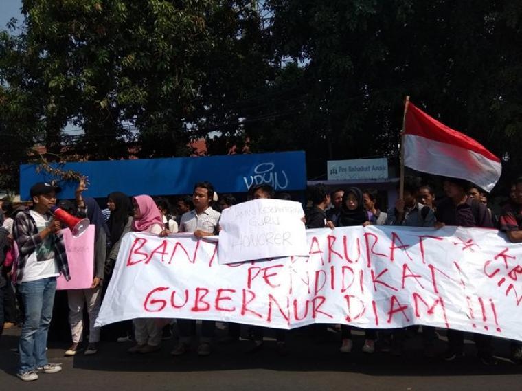 Aksi unjuk rasa puluhan mahasiswa yang tergabung dalam Keluarga Besar Mahasiswa (KBM) Universitas Islam Negeri (UIN) SMH Banten. (Foto: TitikNOL)
