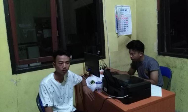 Korban Pengeroyokan saat melapor di Polsek Bayah. (Foto: TitikNOL)