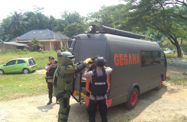 Tim Jihandak Sat Brimobda Polda Banten saat mengevakuasi granat nanas aktif di Mapolsek Cibadak. (Foto: TitikNOL)