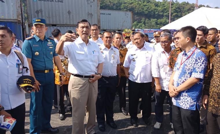 Menteri Koordinator Bidang Kemaritiman, Luhut Binsar Panjaitan saat melihat Pelabuhan Indah Kiat Merak. (Foto: TitikNOL)