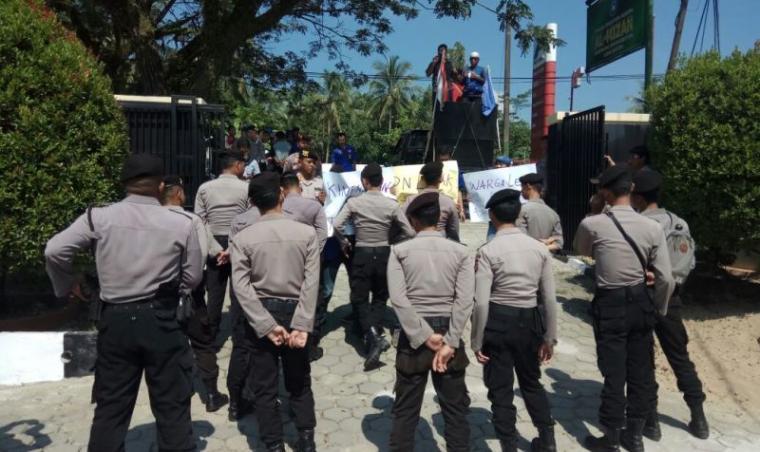 Puluhan massa LSM Bentar menggelar aksi unjukrasa di depan halaman kantor BPN terkait program PTSL 2017 - 2018 di Lebak. (Foto: TitikNOL)