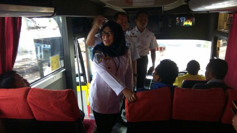 Direktur Sarana Prasarana Direktorat Jenderal Perhubungan Darat Kementerian Perhubungan Yuyun Endang Wahyu Ningrum, saat melihat kondisi bus di Terminal Terpadu Merak. (Foto: TitikNOL)