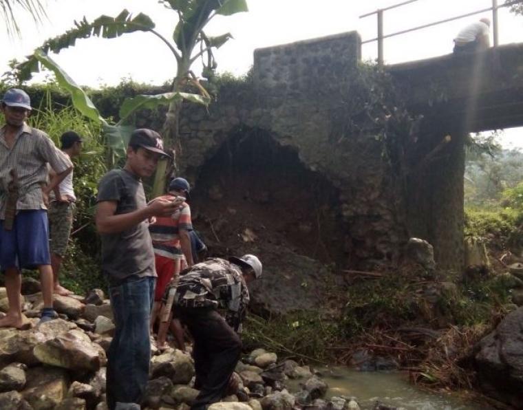 Jembatan Ciareuy rusak akibat pondasi jembatan ambrol di terjang banjir. (Foto: TitikNOL)