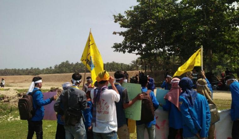 Puluhan aktivis mahasiswa yang tergabung di PMII Komisariat STAI Nurul Hidayah Kecamatan Malingping menggelar aksi menolak pembangunan tambak udang. (Foto: TitikNOL)