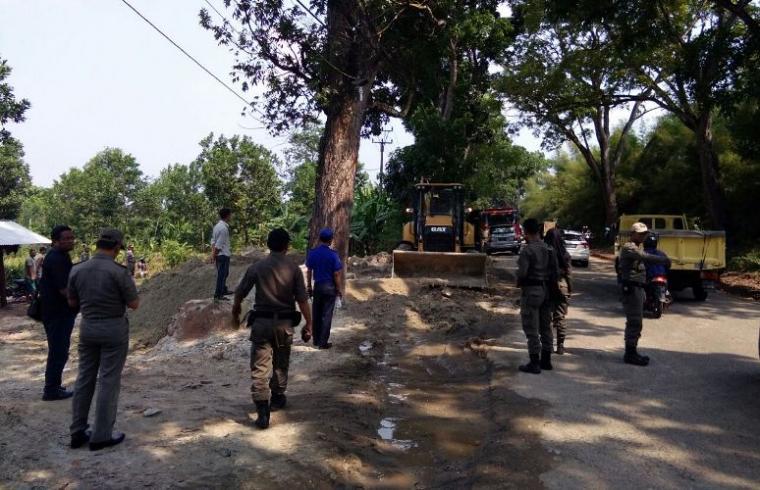 Lokasi stockfile di ruas jalan Rangkasbitung - Cipanas tepatnya di Desa Parungsari, Kecamatan Sajira yang ditertibkan. (Foto: TitikNOL)