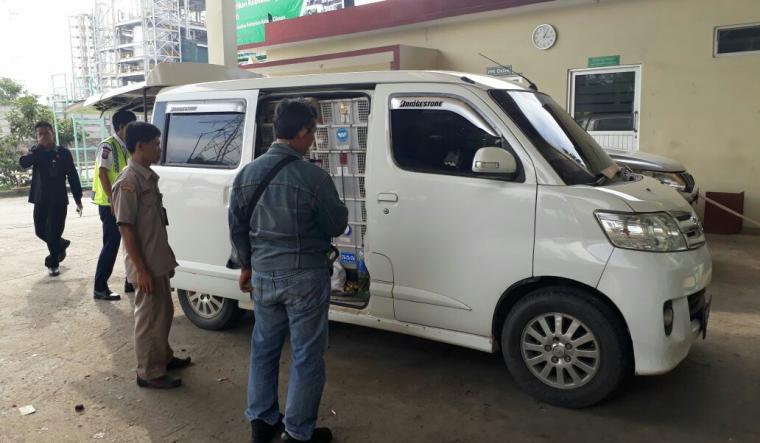 Balai Karantina Pertanian Kelas II Cilegon saat mengamankan mobil Grand Max muatan burung asal Sumatera. (Foto: Ist).