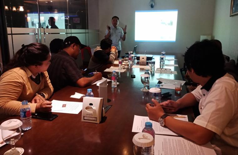 Manager HRGA and External Relation PT SUJ , Rizki Weldi saat menyampaikan paparan kepada awak media terkait penggunaan Waste Water Treatment Plant . (Foto: TitikNOL)