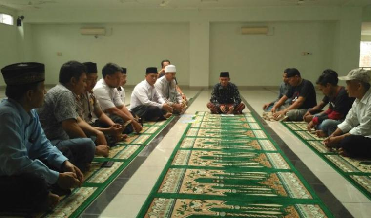 Suasana prosesi pertobatan kelima penganut ajaran Ahmadiyah di Lebak dengan mengucapkan dua kalimat syahadat di masjid agung Al - Araaf Rangkasbitung. (Foto: TitikNOL)